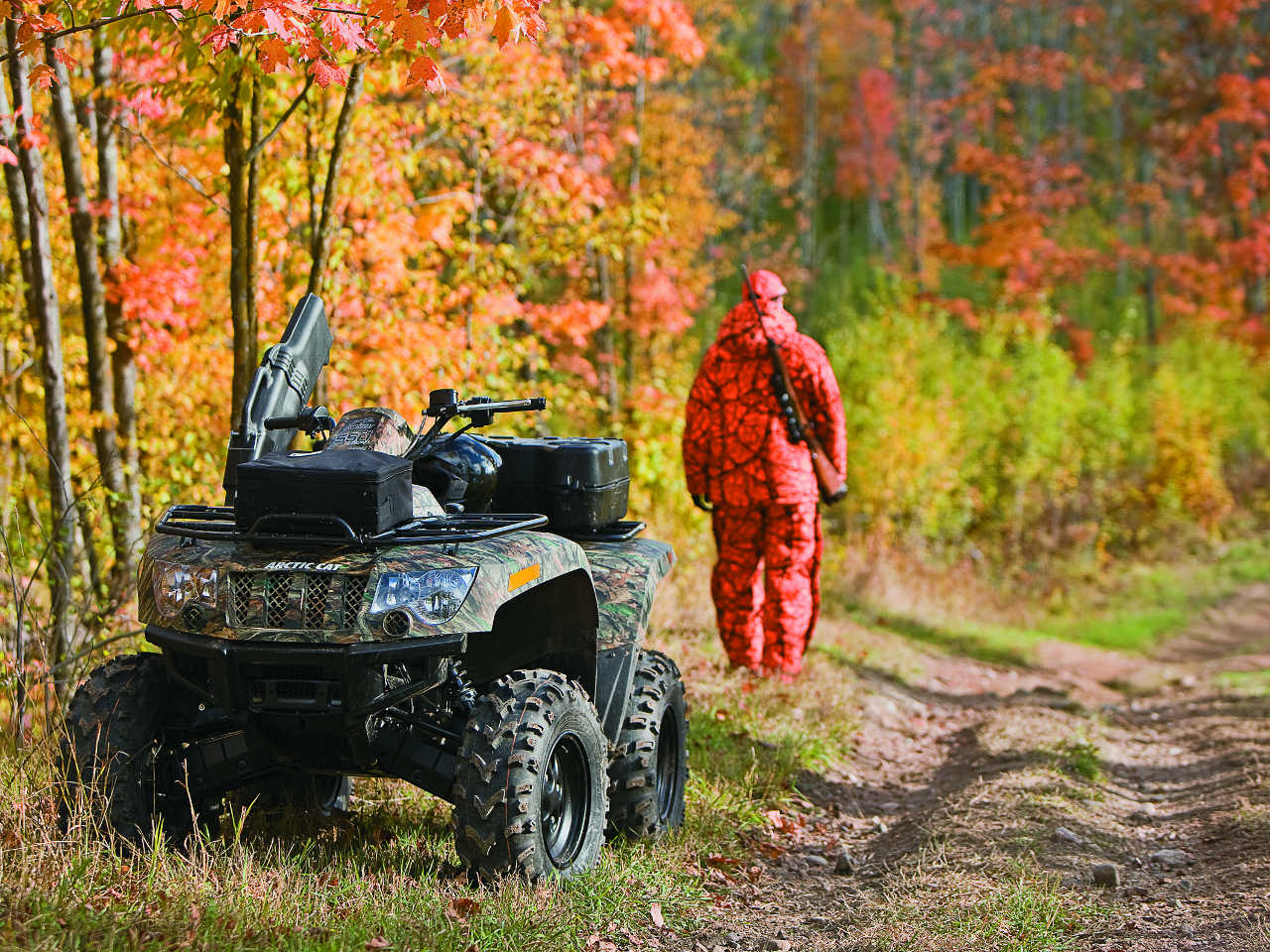 2013.arctic-cat.500.camo_.front_.parked.in-woods.jpg