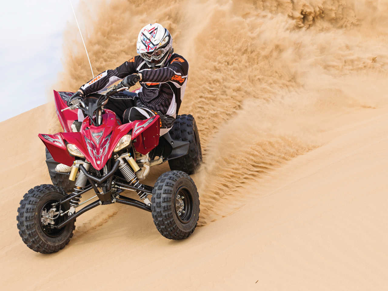 2014.yamaha.yfz450r.red_.front_.riding.on-sand.jpg