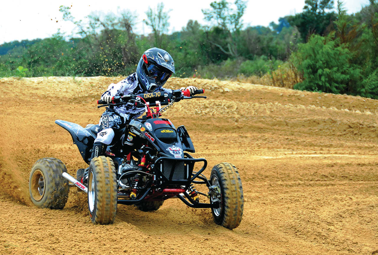 2015.drr_.drx90.black_.front-right.riding.on-track.jpg