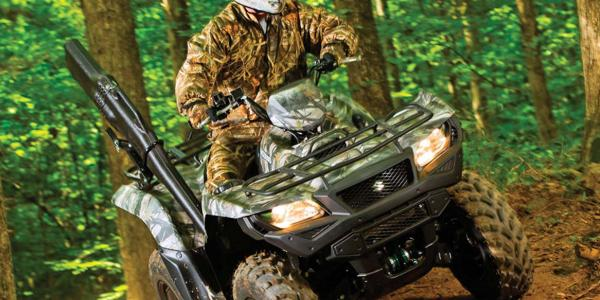2016.suzuki.kingquad750axi.green.front.riding.on-trail.jpg