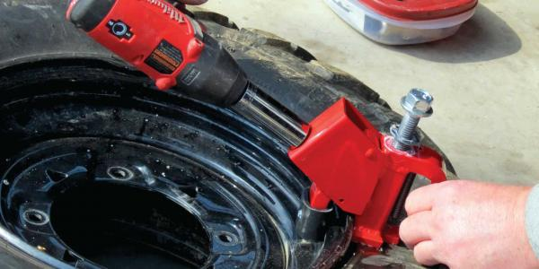 vendor.2014.beadbuster.breaking-tire-seal-on-wheel.jpg