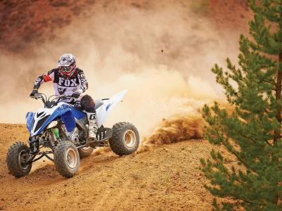 2013.yamaha.raptor700.blue-white.front-left.riding.on-dirt.jpg