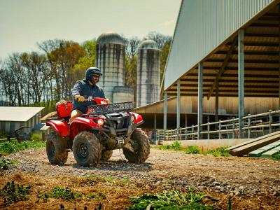 2016.yamaha.kodiak700-4x4.red.front.riding.at-farm.jpg