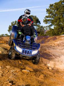 2010.arctic-cat.550h1-trv.blue_.front_.riding.on-rocks.jpg