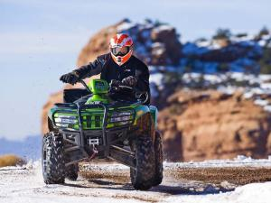 2010.arctic-cat.550h1efi.green_.front_.riding.on-snow.jpg