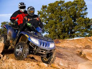 2010.arctic-cat.trv700h1efi.blue_.front-right.riding.over-rock.jpg