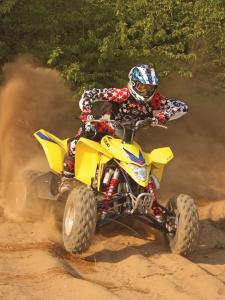 2010.suzuki.ltz400.yellow.front_.riding.on-sand.jpg