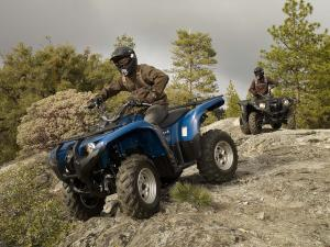 2010.yamaha.grizzly550fi4x4eps.blue_.front-left.riding.over-rocks.jpg