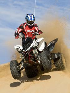 2010.yamaha.raptor700r.white_.front_.riding.on-sand.jpg