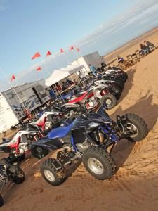2010.yamaha.yfz450r.blue_.front-right.parked.on-sand.jpg