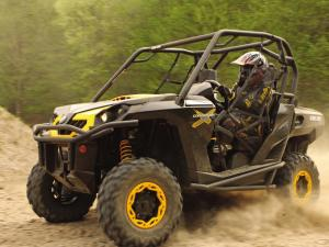 2011.can-am.commander.black_.front-left.riding.on-sand.jpg