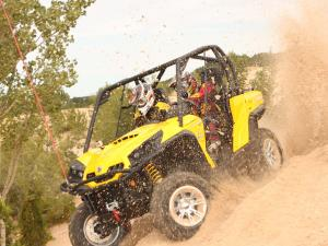 2011.can-am.commander.black_.left_.riding.on-sand_0.jpg