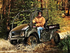 2011.kawasaki.mule610xc.black_.front-left.riding.through-water.jpg