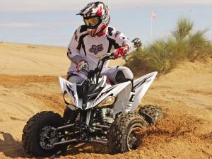 2011.yamaha.raptor250.white_.front_.riding.on-sand.jpg