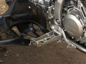 2011.yamaha.yfz450x.close-up.foot-peg.jpg