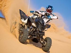 2012.yamaha.raptor700r.black_.front_.ridinig.on-sand.jpg