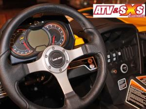 2013.can-am.maverick1000r-max.close-up.steering-wheel.jpg