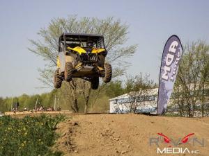 2013.can-am.maverick1000r.racing.jumping.on-track.jpg