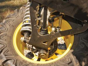 2013.john-deere.gator-rsx850i.close-up.rear-wheel-uprights.jpg