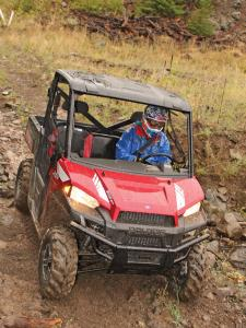 2013.polaris.ranger-xp900.red_.front_.riding.through-mud.jpg