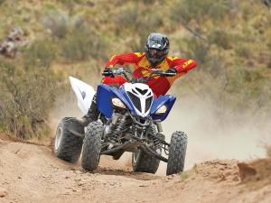2013.yamaha.raptor700.blue-white.front.riding.on-trail.jpg