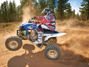 2013.yamaha.raptor700.blue-white.left.riding.on-dirt.jpg