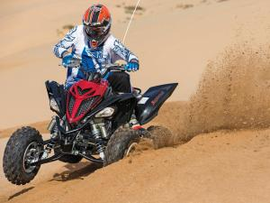 2013.yamaha.raptor700r.black.front.riding.on-sand.jpg