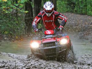 2014.honda.fourtrax.red.front.riding.through-mud.jpg