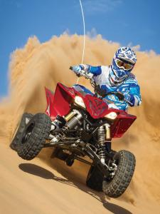 2014.yamaha.yfz450r.red.front.riding.on-sand-dune.jpg