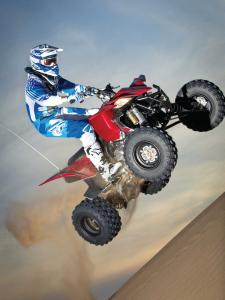 2014.yamaha.yfz450r.red.right.jumping.in-air.jpg