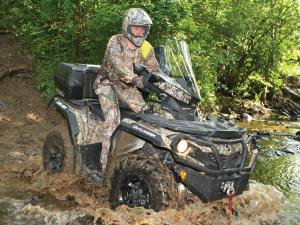 2015.can-am.outlander.camo.front-right.riding.through-mud.jpg