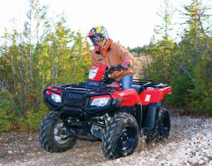 2015.honda.fourtrax-foreman-rubicon.red.front-left.riding.on-trail.jpg