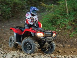 2015.honda_.fourtrax-foreman-rubicon.red_.right_.riding.over-rocks.jpg