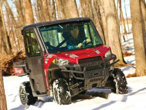 2015.polaris.ranger-xp900northstar.red.front.riding.on-snow.jpg