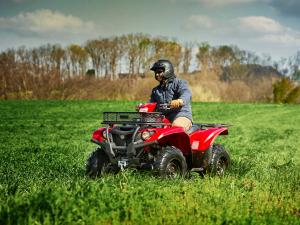 2016.yamaha.kodiak700-4x4.red_.front-left.riding.in-field.jpg