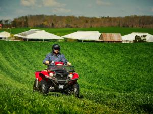 2016.yamaha.kodiak700-4x4.red_.front-right.riding.in-field.jpg