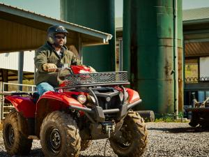 2016.yamaha.kodiak700-4x4.red_.front-right.riding.on-farm.jpg