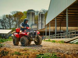 2016.yamaha.kodiak700-4x4.red.front.riding.at-farm.jpg