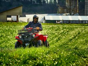 2016.yamaha.kodiak700-4x4.red_.front_.riding.in-field.jpg