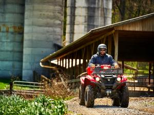 2016.yamaha.kodiak700-4x4.red_.front_.riding.on-farm.jpg