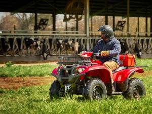 2016.yamaha.kodiak700-4x4.red_.left_.riding.in-field.jpg
