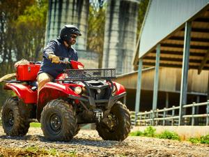 2016.yamaha.kodiak700-4x4.red_.right_.riding.at-farm.jpg