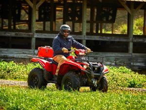 2016.yamaha.kodiak700-4x4.red_.right_.riding.on-farm.jpg