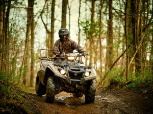 2016.yamaha.kodiak700eps4x4.camo_.front_.riding.down-hill.jpg