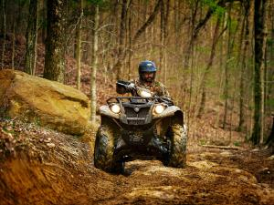 2016.yamaha.kodiak700eps4x4.camo_.front_.riding.up-hill.jpg