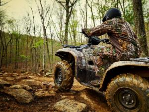 2016.yamaha.kodiak700eps4x4.camo_.left_.riding.over-rock.jpg