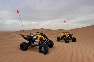 2016.yamaha.raptor700r-se-and-yfz450se.yellow.front-right.parked.on-sand.jpg