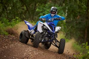2016.yamaha.raptor700r.blue_.front_.riding.in-woods.jpg