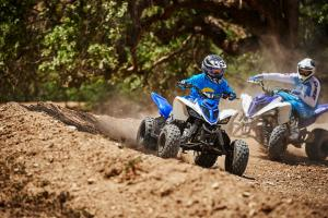 2016.yamaha.raptor90-and-raptor700r.blue_.front-right.riding.on-dirt.jpg