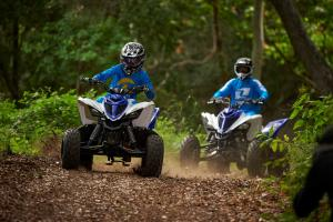 2016.yamaha.raptor90-and-raptor700r.blue_.front_.riding.through-woods.jpg